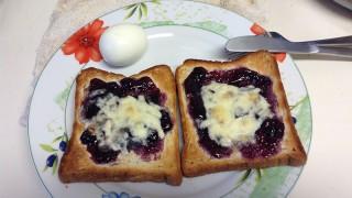 朝ごパンはチーズとブルーベリージャム