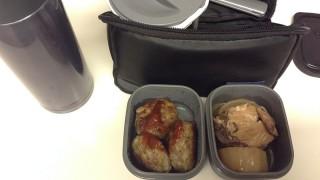 ブリ大根とハンバーグの昼弁当と朝のおにぎり弁当