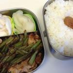 豚こまと蕪の葉の炒めものと漬け物のお弁当