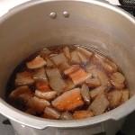 「豚バラ・こんにゃくの煮込み」と「蒸し野菜」