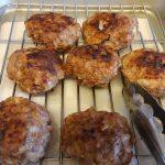 合い挽き肉とつなぎにご飯を使ったハンバーグ