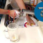 動画「水泳のレースを休んで皿洗い」