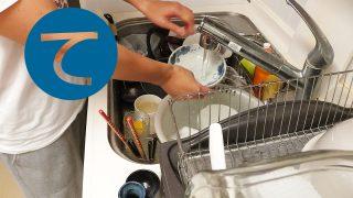動画「怪我をかばいながら皿洗い」