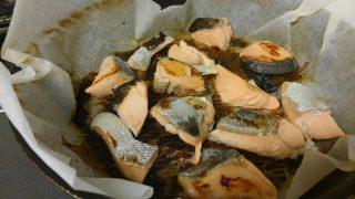 鮭を焼いて茄子を蒸す