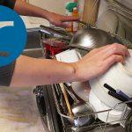 動画「遅く起きた休日はまったり皿洗いから始める」